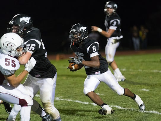 South Western's DeLunche Shaw (9) makes a run during