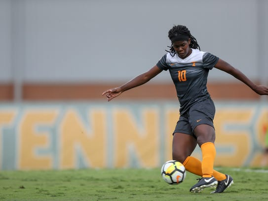 Midfielder/defender Khadija Shaw of  Tennessee moves