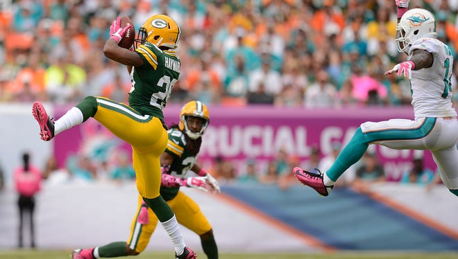 Packers cornerback Casey Hayward (29) makes an interception against the Miami Dolphins.