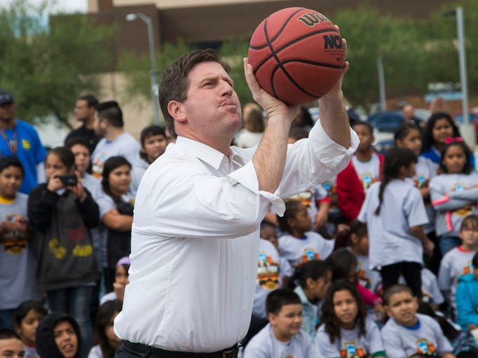 Phoenix Mayor Greg Stanton shoots baskets with students