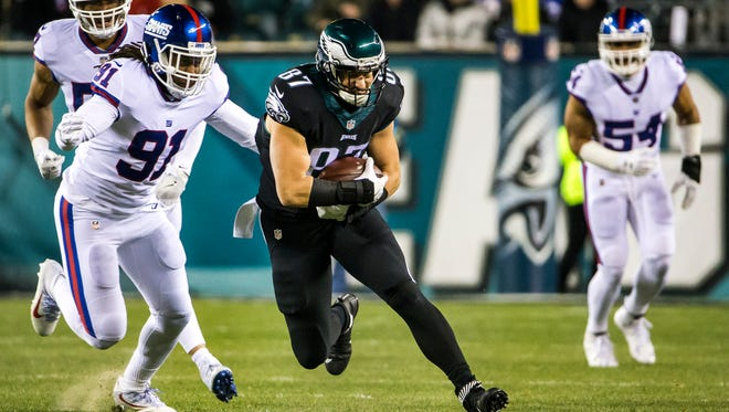 Eagles tight end Brent Celek runs upfield ahead of Giants linebacker Keven Sheppard (No. 91) in the first quarter of the Philadelphia Eagles 24-19 win over the New York Giants at Lincoln Financial Field in Philadelphia, Pa. on Thursday night.