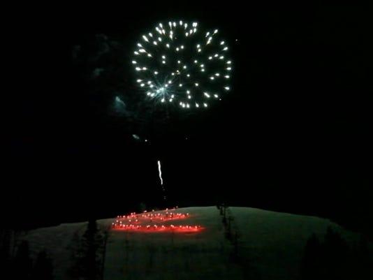636154050968202496-Ski-A-torch-fireworks.jpg