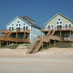 One of these beach houses may be a dream, the other a nightmare, so consumers should do their homework before booking a vacation rental.