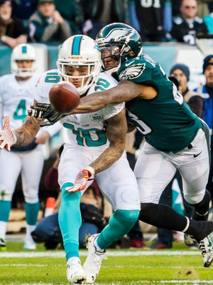 Nolan Carroll, shown breaking up a pass intended for Miami's Kenny Stills last season, signed a one-year contract Tuesday to remain with the Eagles.