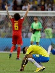 Neymar de Brasil reacciona cuando el belga Axel Witsel