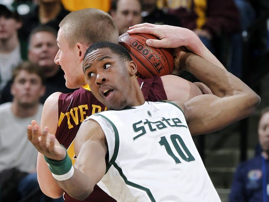 Michigan State's Delvon Roe is tangled up with Minnesota's
