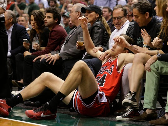 Chicago Bulls forward Mike Dunleavy (34) lands in the