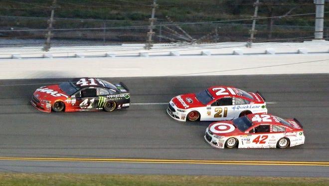 Kurt Busch (41) passes Kyle Larson (42) for the lead during the 2017 Daytona 500.