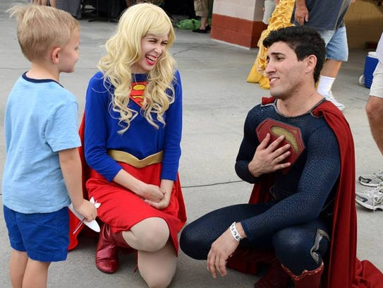 Cosplays Lindsay Michelle Altman as Supergirl, and