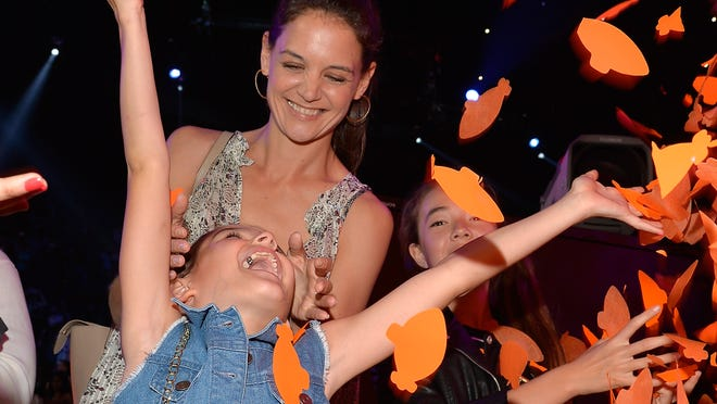 INGLEWOOD, CA - MARCH 28:  Suri Cruise (L) and actress Katie Holmes in the audience during Nickelodeon's 28th Annual Kids' Choice Awards held at The Forum on March 28, 2015 in Inglewood, California.  (Photo by Lester Cohen/KCA2015/WireImage) ORG XMIT: 543522085 ORIG FILE ID: 467958358