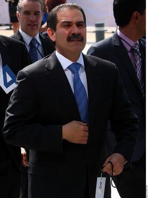 La acusación señala que el ex Gobernador Guillermo Padrés utilizó una empresa de papel creada en 2011 en Holanda, denominada Dolphinius CV, para realizar múltiples movimientos bancarios internacionales.