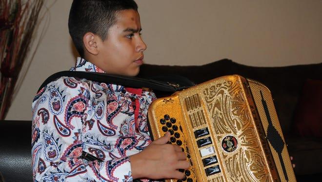 Tomás Eduardo, tienen cuatro acordeones, tres pertenecieron a su padre Tito Torbellino y el restante, fue un regalo que le hizo en Navidad.