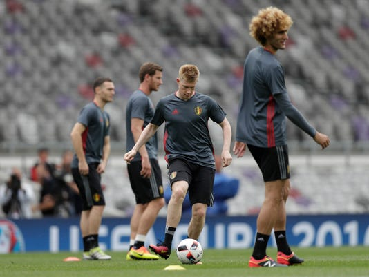Belgium's Kevin De Bruyne plays with the ball during training session at the Stadium municipal in Toulouse, France,  Saturday, June 25, 2016. Belgium will face Hungary in Euro 2016 round of 16 soccer match on Sunday, June 26 in Toulouse. (AP Photo/Ariel Schalit)