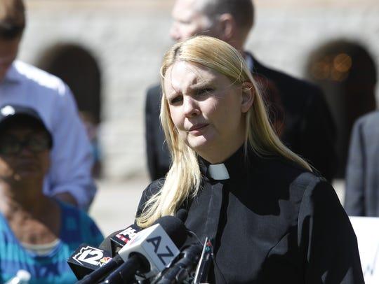 La Rev. Erin Tamayo lideró la conferencia de prensa