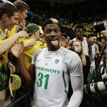 Oregon Ducks player from Canada forgets words to Canadian anthem