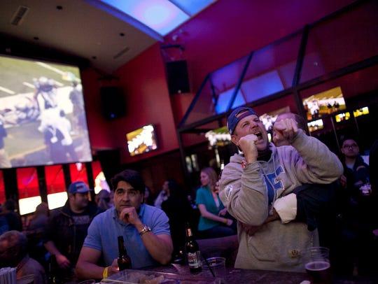 Fanáticos disfrutan del futbol americano.