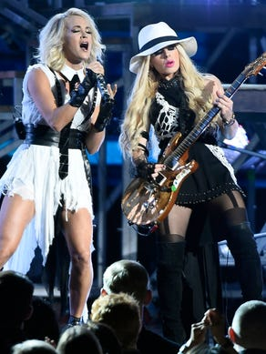 Carrie Underwood performs at the 2016 CMA Awards at