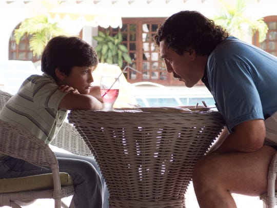 Pablo (Javier Bardem) teaches his son (Carlos Ramírez)