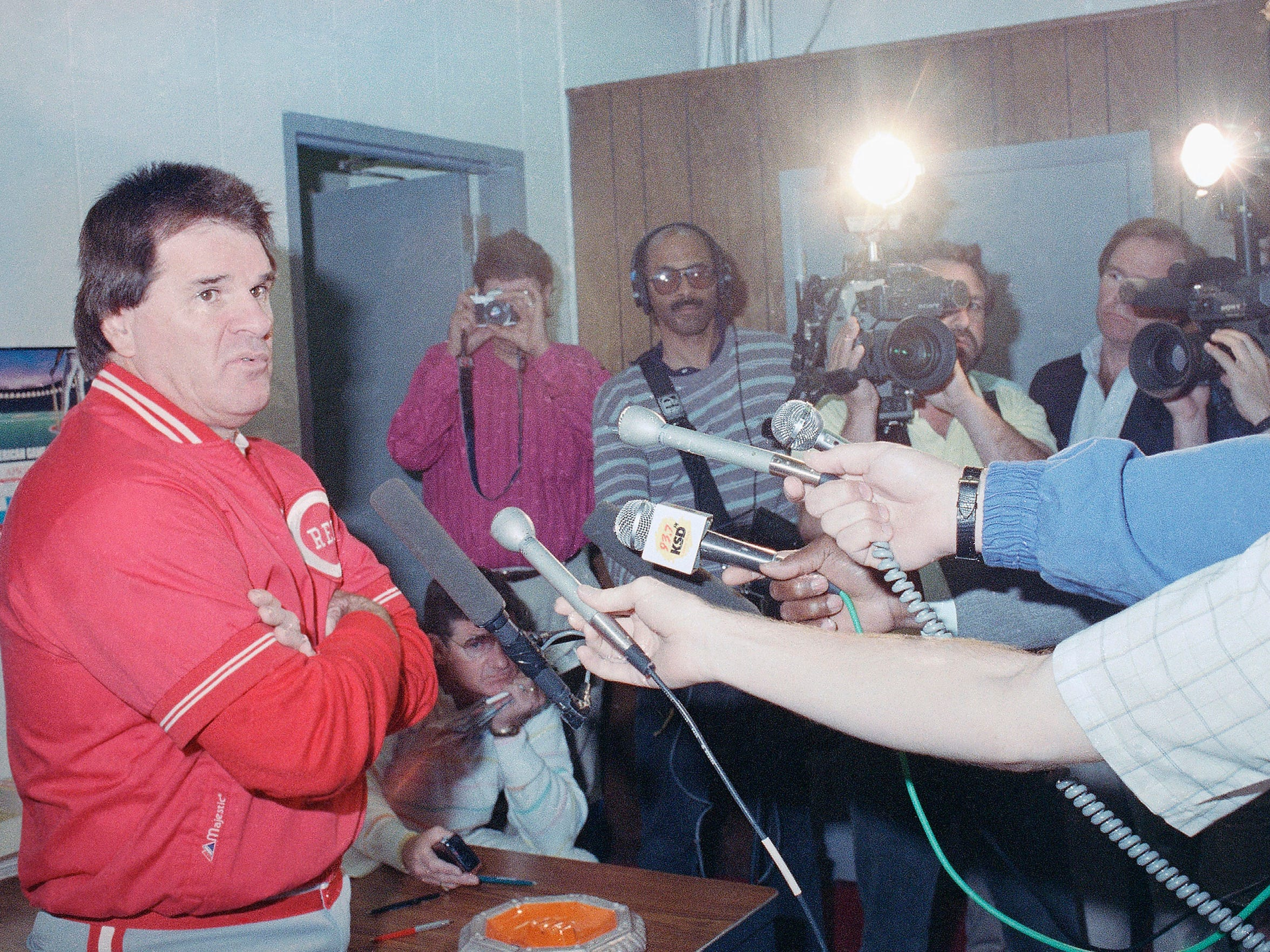 Cincinnati Reds manager Pete Rose talks with reporters