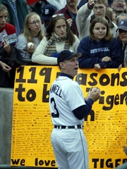 Tigers manager Alan Trammell signed autographs before