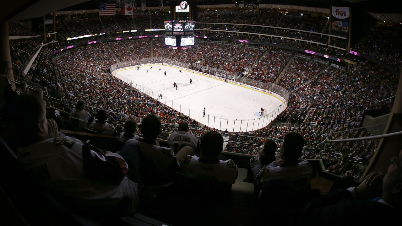 Coyotes insider Sarah McLellan looks at the plus and minus in the 4-3 loss to the Blackhawks, Feb. 2, 2017. (Sarah McLellan/azcentral sports)