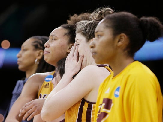Central Michigan players react near the end of the 83-69 loss to Oregon.