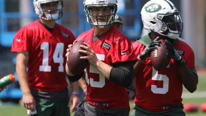 Quarterback Sam Darnold watches Josh McCown and Teddy Bridgewater throw downfield.