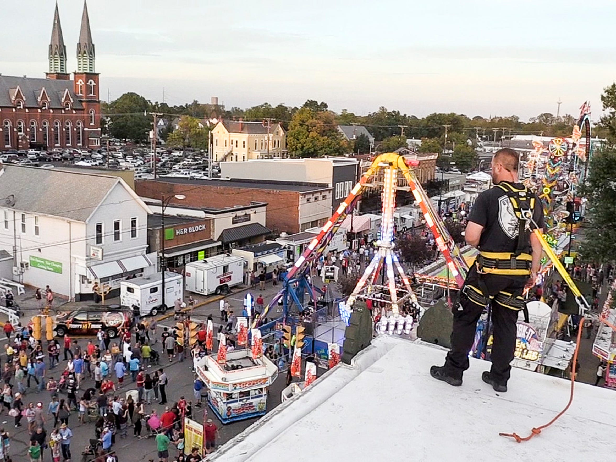 An officer of  EPD SWAT team looks over the intersection of 10th and Franklin from the roof of the Gerst Haus during the 2017 WSNC Fall Festival.