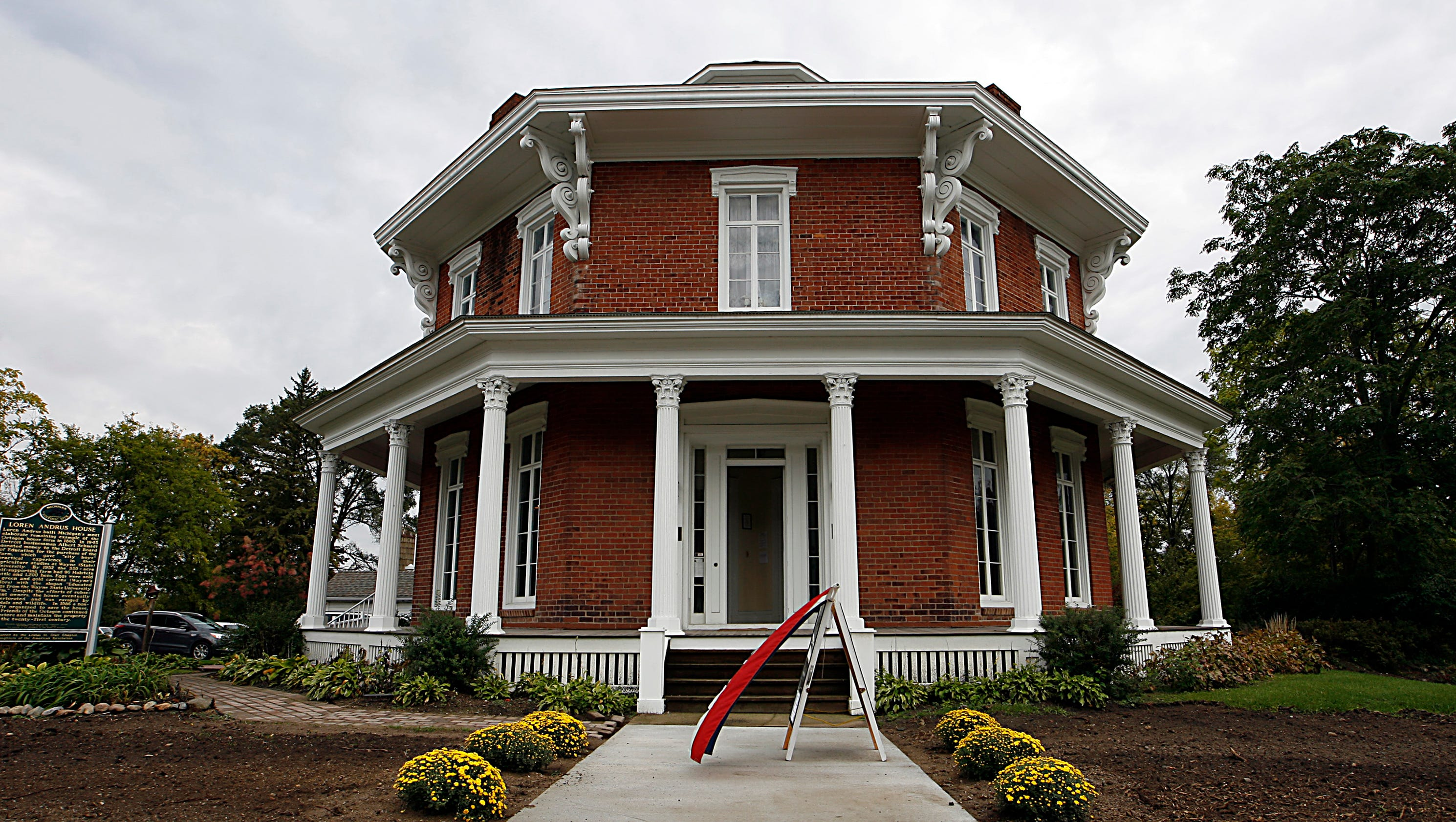 Octagon houses provide a home for all for Octagon homes