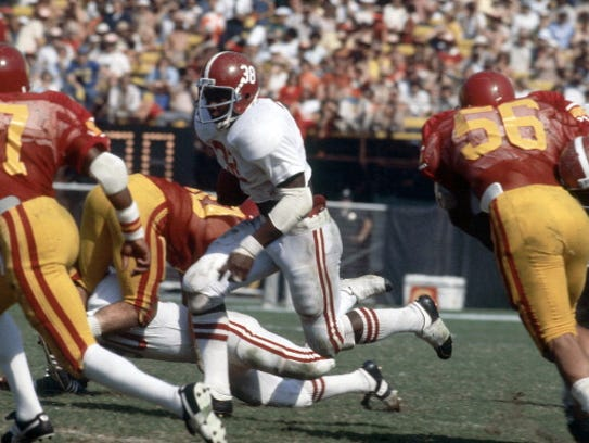 Alabama Johnny Davis (38) in action, rushing at Los