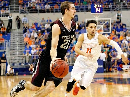 Texas A&M guard Alex Caruso (21) dribbles around Florida