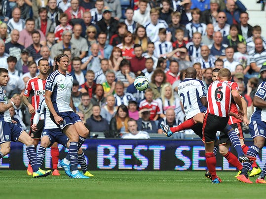 Sunderland's Lee Cattermole, third right, scores his side's opening goal during their English Premier League soccer match against West Bromwich Albion at The Hawthorns, West Bromwich, England, Saturday, Aug. 16, 2014. (AP Photo/Dave Howarth, PA Wire)    UNITED KINGDOM OUT    -   NO SALES   -   NO ARCHIVES
