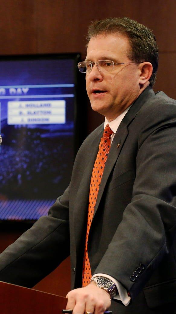 Auburn coach Gus Malzahn speaks during 2015 national