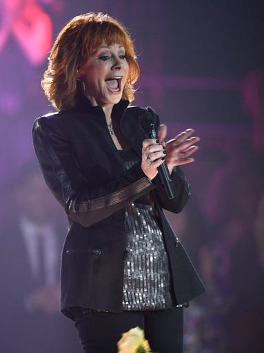 Reba McEntire performs a tribute to Icon award winner