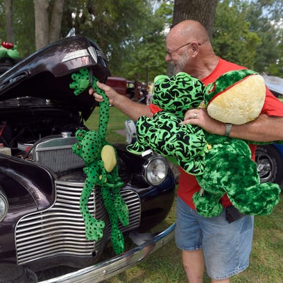 Tom Kirby of Winslow, Ind., packs up his stuffed frogs