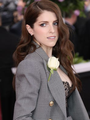 Anna Kendrick arrives to the red carpet.