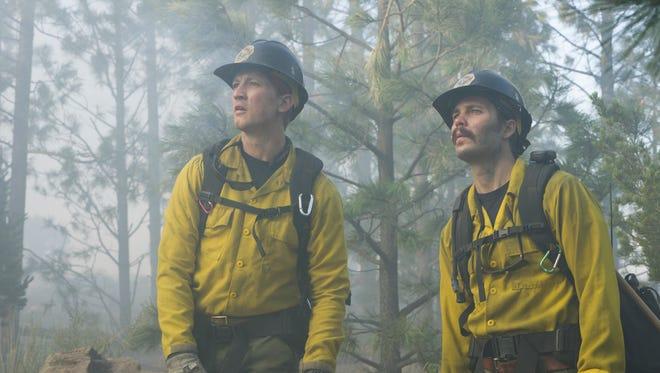 Brendan McDonough (Miles Teller), Chris MacKenzie (Taylor Kitsch), 'Only the Brave'de Chiricahua Dağı ateş hattında geri tepme yapmayı planlıyor.
