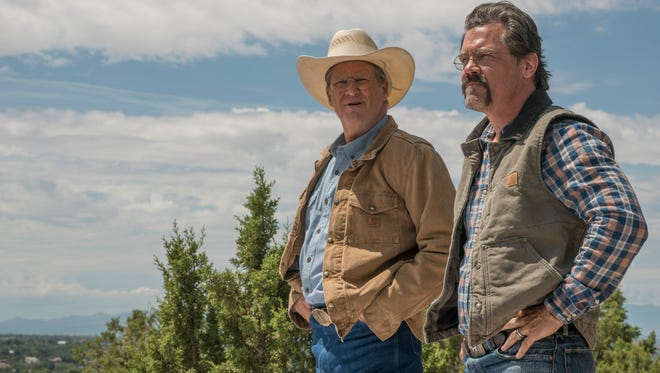 """Supe"" Eric Marsh (Josh Brolin) ve İtfaiye Şefi Duane Steinbrink (Jeff Bridges) Lookout Point'te."