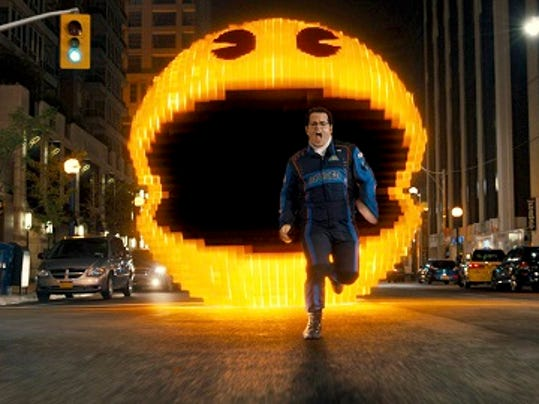 """Josh Gad como Ludlow es perseguido por Pac-Man en la película """"Pixels"""" de Columbia Pictures en una fotografía proporcionada por Sony Pictures. La película se estrena en Estados Unidos el 24 de julio de 2015. (Sony Pictures via AP)"""