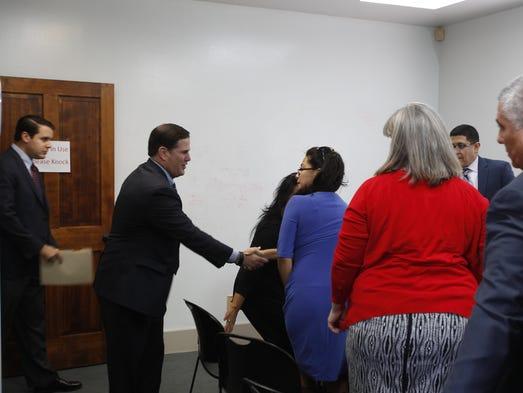 El gobernador Doug Ducey se reunió con líderes comunitarios