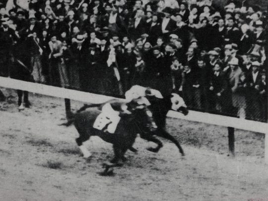 Another angle of the end of the 1933 Kentucky Derby.