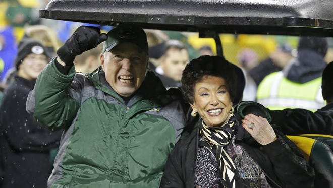 Bart Starr, left, and his wife Cherry enjoy the ovation from the crowd as they are introduced at Lambeau Field.