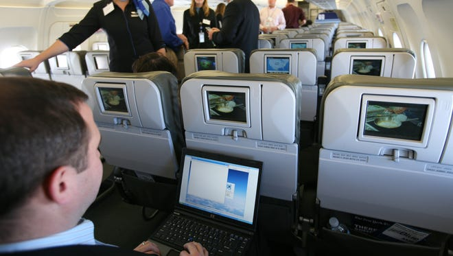 An FAA advisory group has recommended the use of electronic devices during takeoffs and landings.