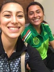Stephanie Barrera en un selfie con Alexia Herrera.