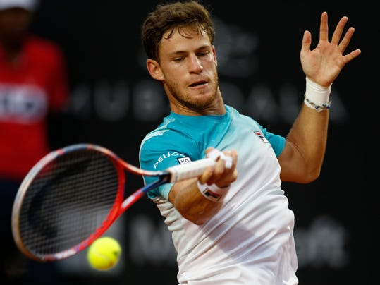 Argentina's Diego Schwartzman returns the ball to Chile's Nicolas Jarry at the semifinal of the Rio Open tennis tournament in Rio de Janeiro, Brazil, Saturday, Feb. 24, 2018. (AP Photo/Leo Correa)