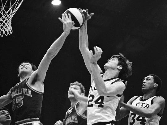 ABA Pacers photo by Jim Young The News. 3/25/1970 Pacers vs.  Carolina. Indiana Pacer Bob Netolicky (24). At right is Mel Daniels (34).