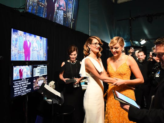Laura Dern and Greta Gerwig gave each other a helping hand backstage before presenting together at the Oscars.