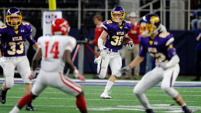 Wylie's Cason Grant (32) returns a kickoff during the second quarter of Wylie's 31-17 loss in the Class 4A Div. I state championship game on Friday, Dec. 16, 2016, at AT&T Stadium in Arlington.