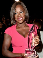 Viola Davis with her People's Choice Award for 'How
