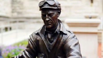 Ernie Pyle statue on Indiana University campus.